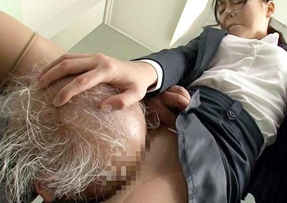おじいちゃんっオマンコはさっきしたでしょ?高齢爺さんがOLや制服娘に接近!しつこいスッポンクンニでイカせまくる