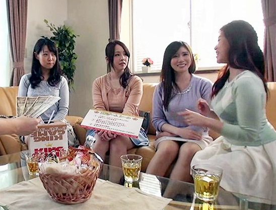 奥様グループと童貞男子でハーレム王様ゲーム!チンポに飢えたママさんたちが初物チンポを奪い合う