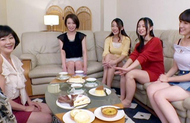 熟女AV女優たちで熟レズ女子会!M字開脚くぱっとマンコに円城ひとみが集中クンニでビクイキしまくり!