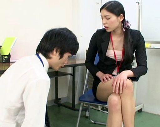 ザラつく感触が気持ち良すぎるパンスト素股と蒸れた足の温もりが伝わるタイツ足コキでM男社員が悶絶する
