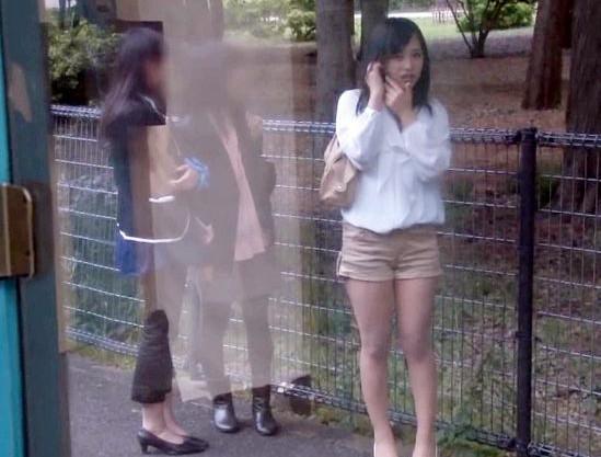 女子社員が業務時間外に呼び出してMM号でおっさん二人にハメられる。ミラーの外に友達が居るのにw