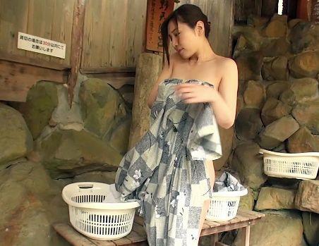 <佐々木あき>他人の人妻と一緒に温泉旅行に行き寝取りsexしまくる。露天風呂でノーハンドフェラさせ客室で拘束立ちバック