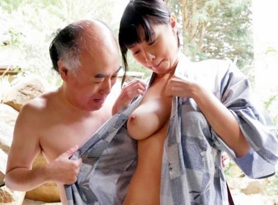 温泉旅館で桐谷まつりが爆乳揺らして立ちバックでオジサン達に性接待