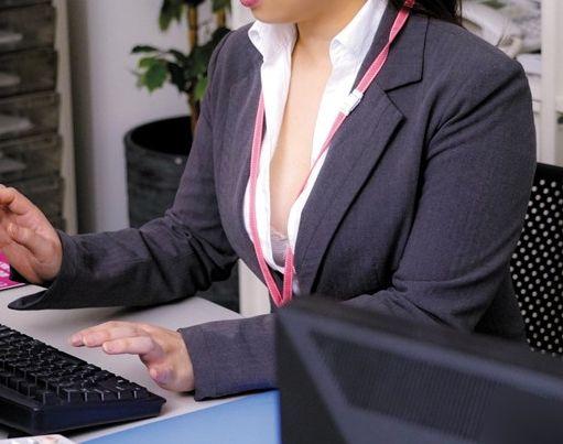 オフィスで胸元緩めて無防備胸チラする同僚OLに辛抱堪らず背後からデカパイ鷲掴み。立ちバックで犯す