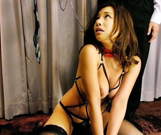 褐色デカパイで男を誘惑しまくる不貞妻が首輪で繋がれメス犬として二人の男のチンポで調教される