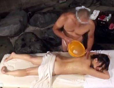 温泉旅館の浴場にオイルマッサージ場でセレブ人妻が褌一丁のオッサンの巧みな施術で発情させてチンポ突っ込む