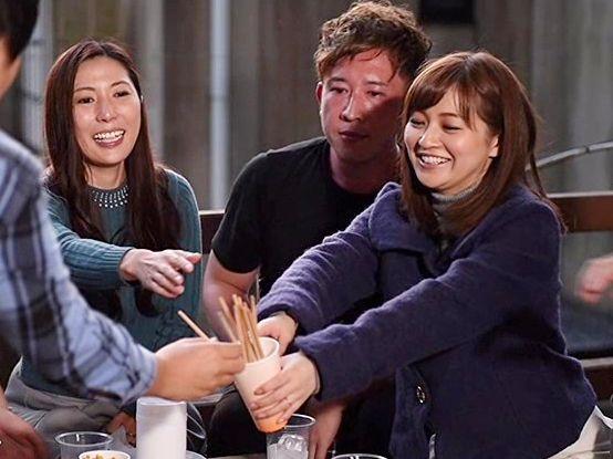 ママ友グループで温泉旅行!旅館で出会った大学生達と意気投合し酔った勢いで王様ゲームをし始める・・