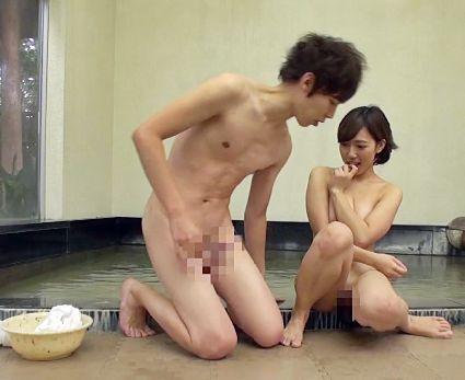温泉地で声をかけた大学生に混浴エロゲームに挑戦してもらいセックスしてしまうかモニタリング