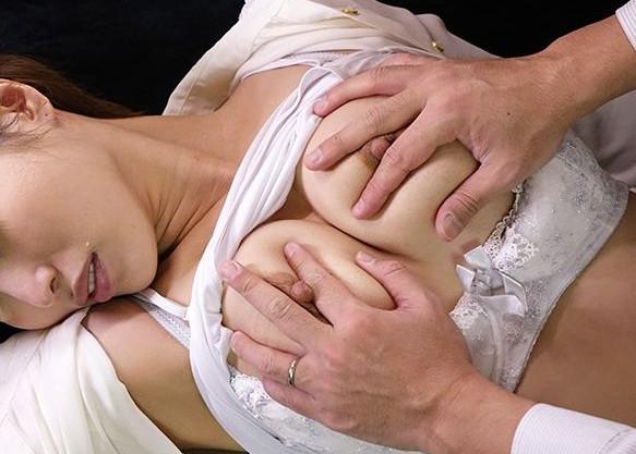 友人の旦那にレイプされるスレンダー巨乳の人妻美女