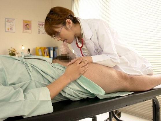 ア¨ッ出ます!!メガネの美人女医が患者のチンポを手コキ抜き!連続して3発も射精させられる