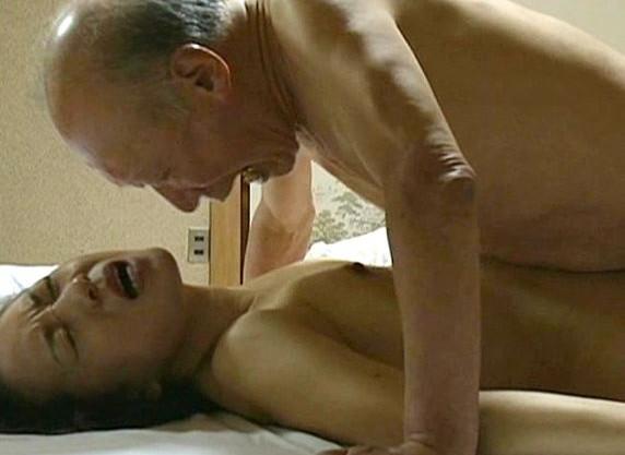 未亡人の美人お母さんが祖父に寝取られてしまう