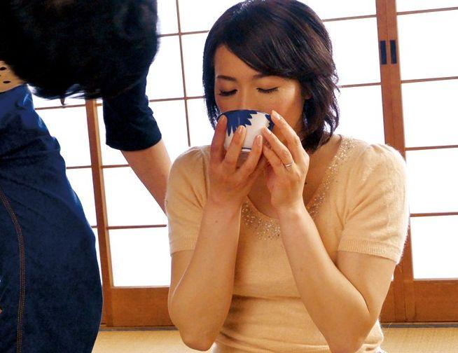 媚薬茶を飲ませて発情した熟女に催眠術をかけて逆ナンパさせてみた