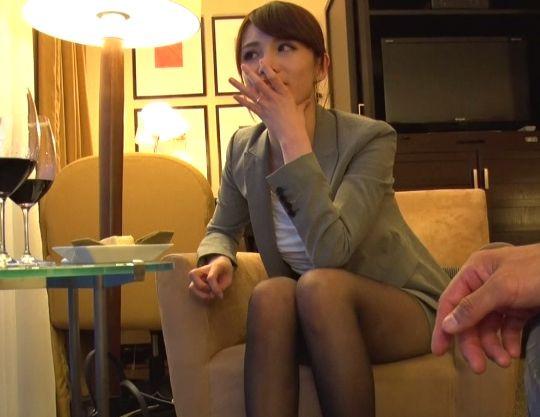 <人妻ナンパ>スレンダーな極上奥様をホテルに連れ込みパンスト越しにイタズラ開始