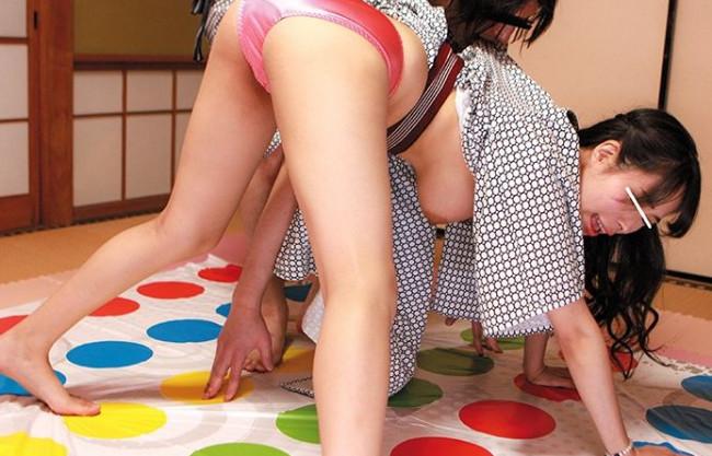 温泉宿でナンパした素人娘とツイスターゲーム!先に男を全裸にすれば賞金ゲット!負けたら即ハメ交尾で悶絶必至