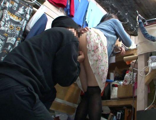 服屋のバイト娘に背後から迫る痴漢師・・抵抗もままならず客がいるのにレイプ開始!