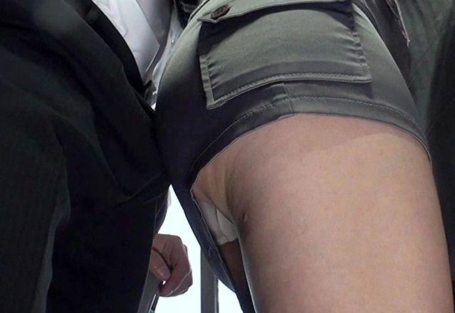<逆痴漢>バス内で人妻が尻を勃起リーマンの股間に押し付ける!我慢できずにチンポ挿入