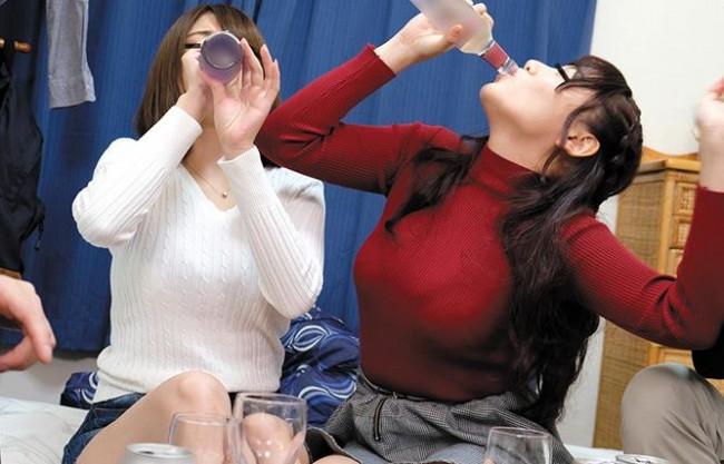 田舎から上京してきた女子大生が慣れないお酒で泥酔し乱痴気宴会で乱交FUCK