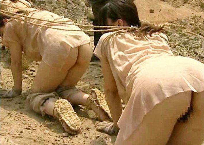 <性奴隷>権力者の下で完全管理された四つ足の性処理肉奴隷が兵士に犯され処刑される