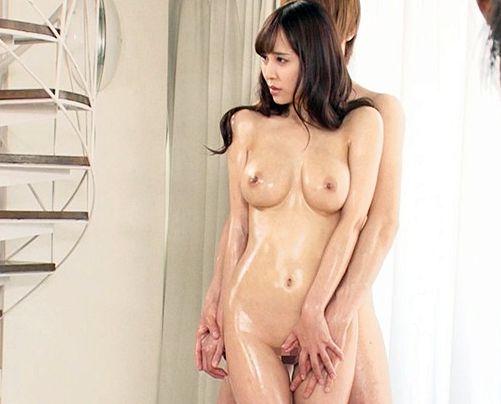 <美人妻NTR>全裸ヌードにチャレンジする人妻が共演する若い男性モデルのチンポに欲情し寝取られる