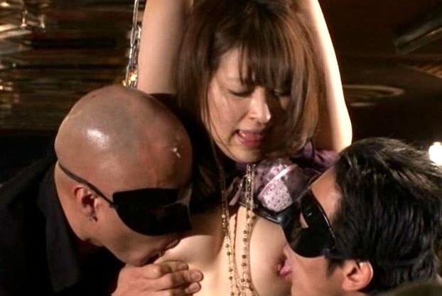 <人妻凌辱>嫁が借金のかたに連れ去られ金持ち相手に羞恥凌辱ショーに晒される