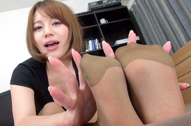<足コキで射精>同棲中の彼女がパンスト美脚を見せつける!スラットした足に彼氏の劣情が止まらない