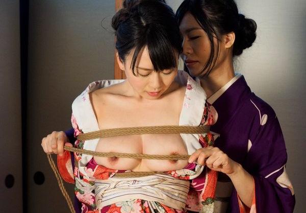 <緊縛>和服の爆乳お姉さんが縄師の手にかかり荒縄で緊縛され吊るされる