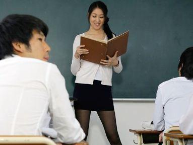 「もうやめぇぇ!イッグゥゥー!!」男子生徒たちに輪姦される女先生