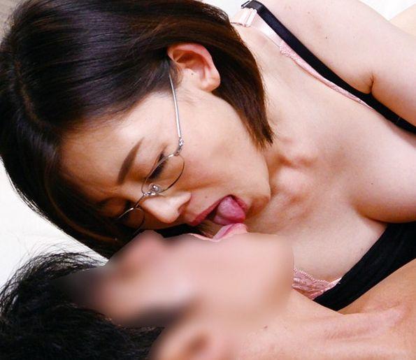 美形おばさんのsexカウンセラーが若い患者チンポの香りに性欲を抑えきれずにジュポフェラ開始