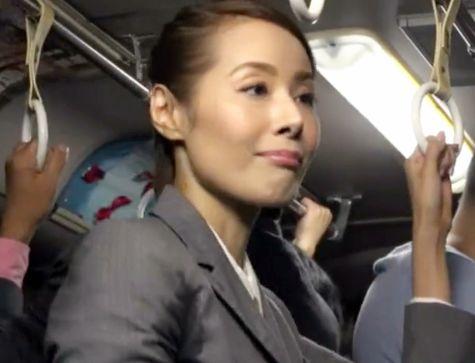 「おばちゃんなのよ?」電車でチカンされて動揺する熟女。戸惑いつつもチンポを挿入立ちバックで悶絶する