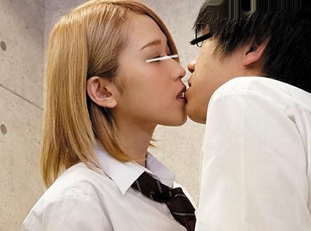 学校で女子にイジメられる草食男子・・彼女がいるのにパンチラ誘惑されたり無理矢理キスされ勃起チンポを寝取られる