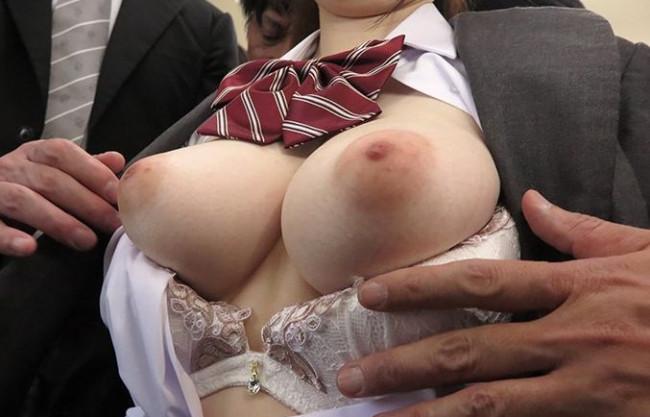 <水卜さくら>痴漢師が美白巨乳の女子校生を電車内で痴漢し挿入レイプで尻射する