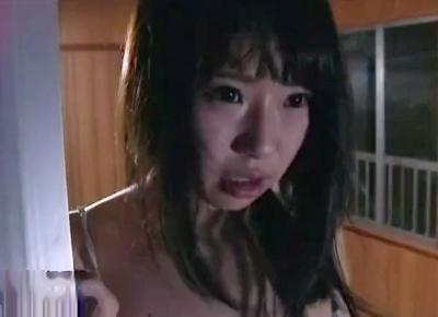 <向いの男と目が合った・・>少女が窓全開でオナニーしていたら向かいの家の男に見られ押しかけレイプされる