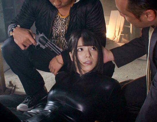 女捜査官の上原亜衣が味方の裏切りで敵組織に捕獲され黒ピッチリスーツのまま犯される