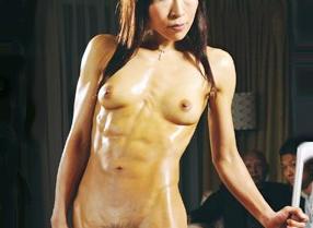 派遣された筋肉マッチョな家政婦おばさんがが全裸で家事をさせられ発情した絶倫男に犯される