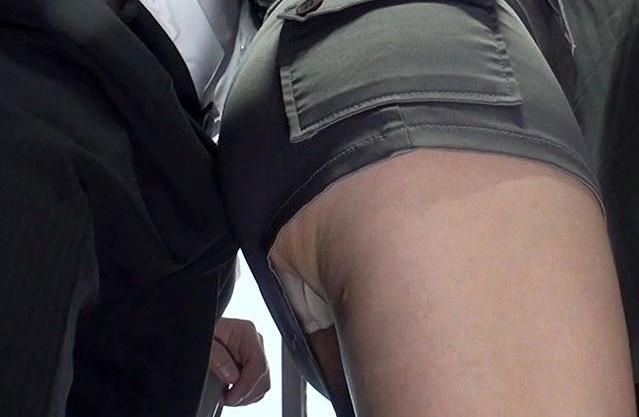 <逆痴漢>バス内でサラリーマンの勃起チンポにプリ尻を押し付ける人妻に辛抱たまらずチンポ挿入してしまう