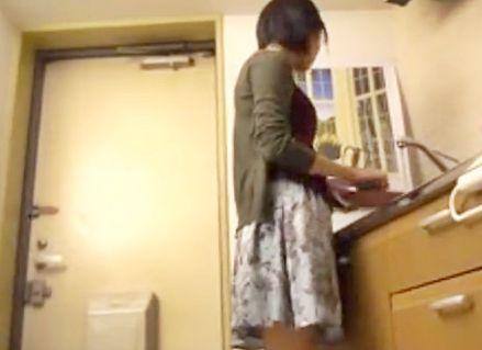 人妻が自宅のドアを開けた瞬間に押し入り喉奥イラマチオ!そのままキッチンで中出しレイプする鬼畜男