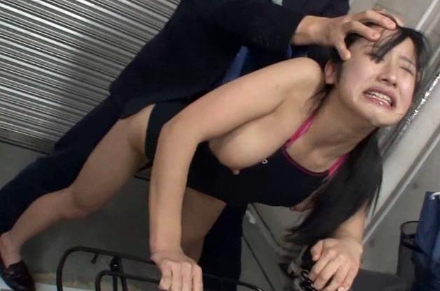 「や¨めでぇぇ・・イグッ!!」駐輪場で競泳水着の少女を痴漢師が襲撃。やがて仲間たちが集まり中出し輪姦祭りが開催される
