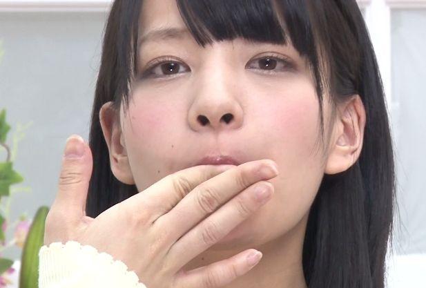 女子アナがカメラ目線で淫語実況中にザーメンを次々口内射精されてそのまま飲み干し続けるww