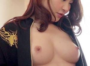 【美乳ヤンキー娘】かつての不良少女がイキナリ自宅を訪れノリで乳見せその勢いでsex開始