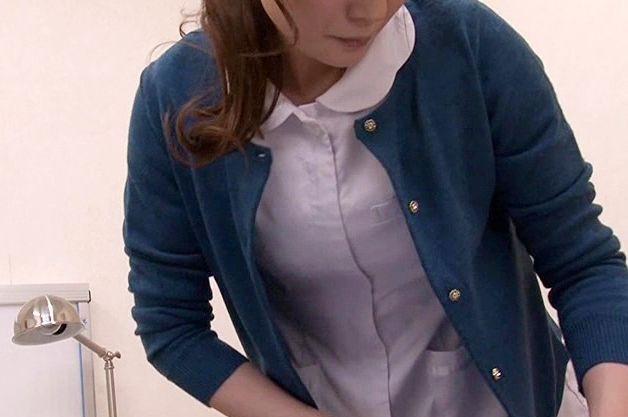 無防備にマンコを押し付ける看護婦さん。勃起してしまったチンポに責任を感じて膣コキで抜いてくれる