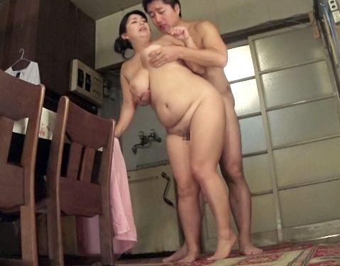 44歳の豊満お母さんとマザコン息子が狭い湯舟で一緒にお風呂。チンポをお口で綺麗にしてもらいリビングで交尾開始<母子相姦>
