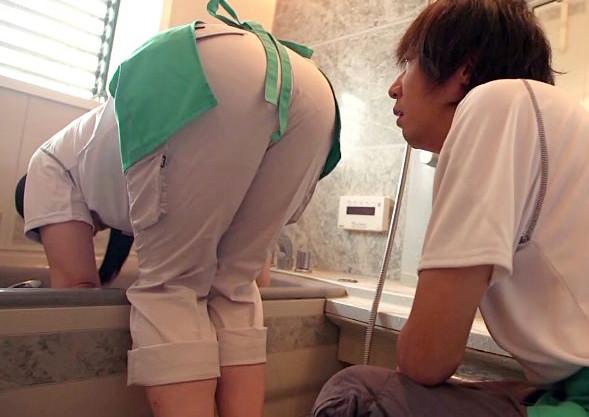 ハウスクリーニングに来たおばさんと青年。掃除中に発見したバイブで興奮した青年がオバサンに使用させてと懇願する・・