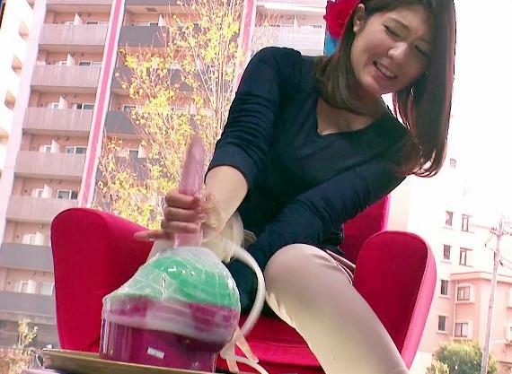 ドゥルゥル振動するマシンバイブで興奮するお姉さん!超振動の快感におしっこを漏らして悶絶絶頂
