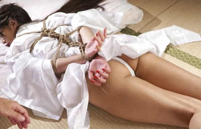 緊縛拘束された和服の美女が尻を叩かれパイパンマンコをまさぐられチンポを口内に深く差し込まれる