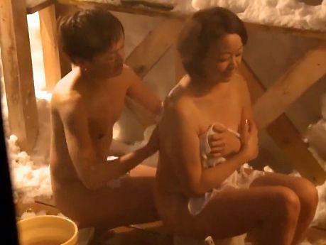 実の母への欲情が抑えきれない変態息子に温泉旅行を設定し母子相姦現場を撮影