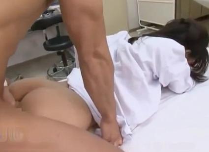 <プリ尻寝バック>美人女医が何者かにレイプ願望があるかのように仕組まれて真に受けた患者達に犯される
