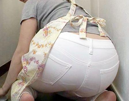 家事代行の人妻がデカ尻をフリフリしながら掃除する姿に我慢できずチンポ挿入