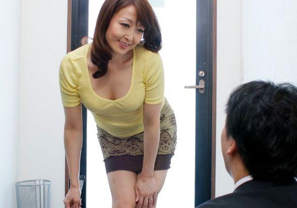 入院した嫁の代わりに家事を手伝う義母の裸に欲情した旦那が義母を寝取る
