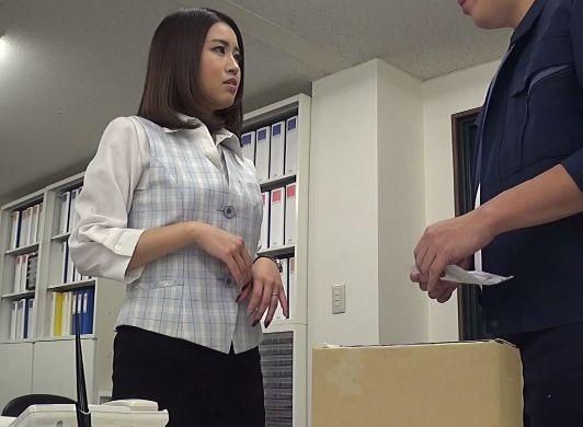業者のフリしてオフィスに侵入してOLに接触・・媚薬を塗り込んだチンポで即キメセクレイプ!逃げる女を捕まえて追撃ピストン