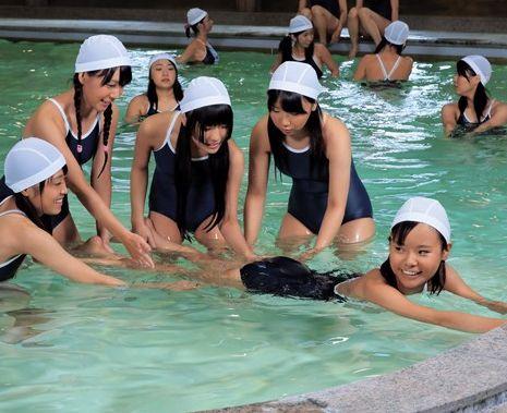 「先生っチンポ入ってるぅぅ!」変態教師が教え子たちに水中ファックで仲良く顔射